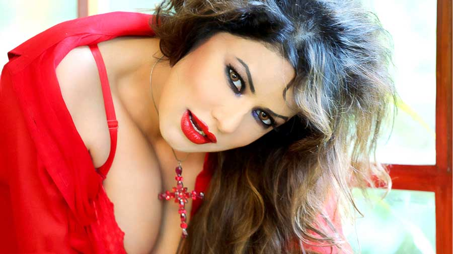 Poonam Jhawer Sexy Cleavage Hd Pics - Facebook Cover