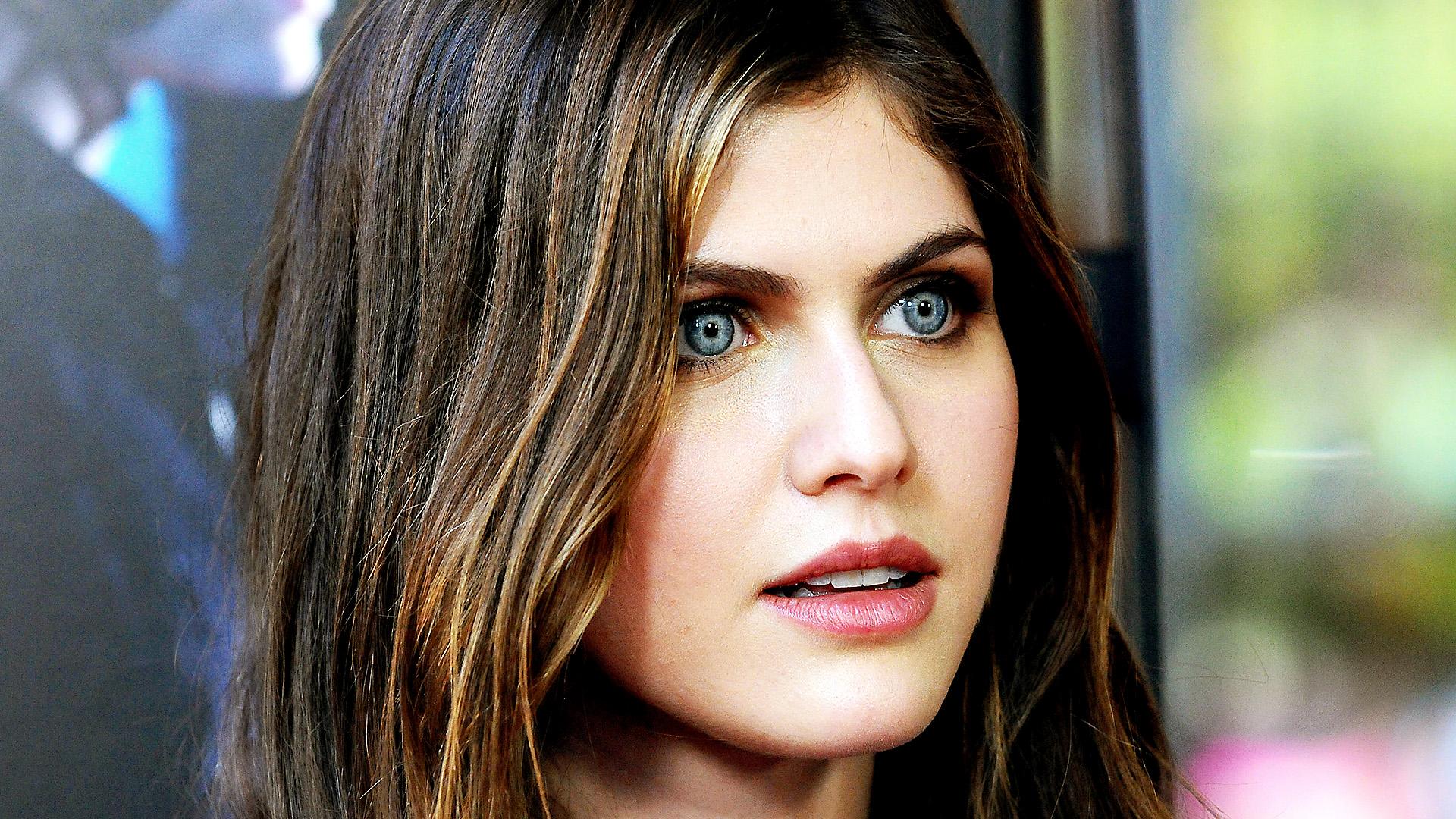 Hd wallpaper xperia c3 - Alexandra Daddario Closeup Pic Popopics Com