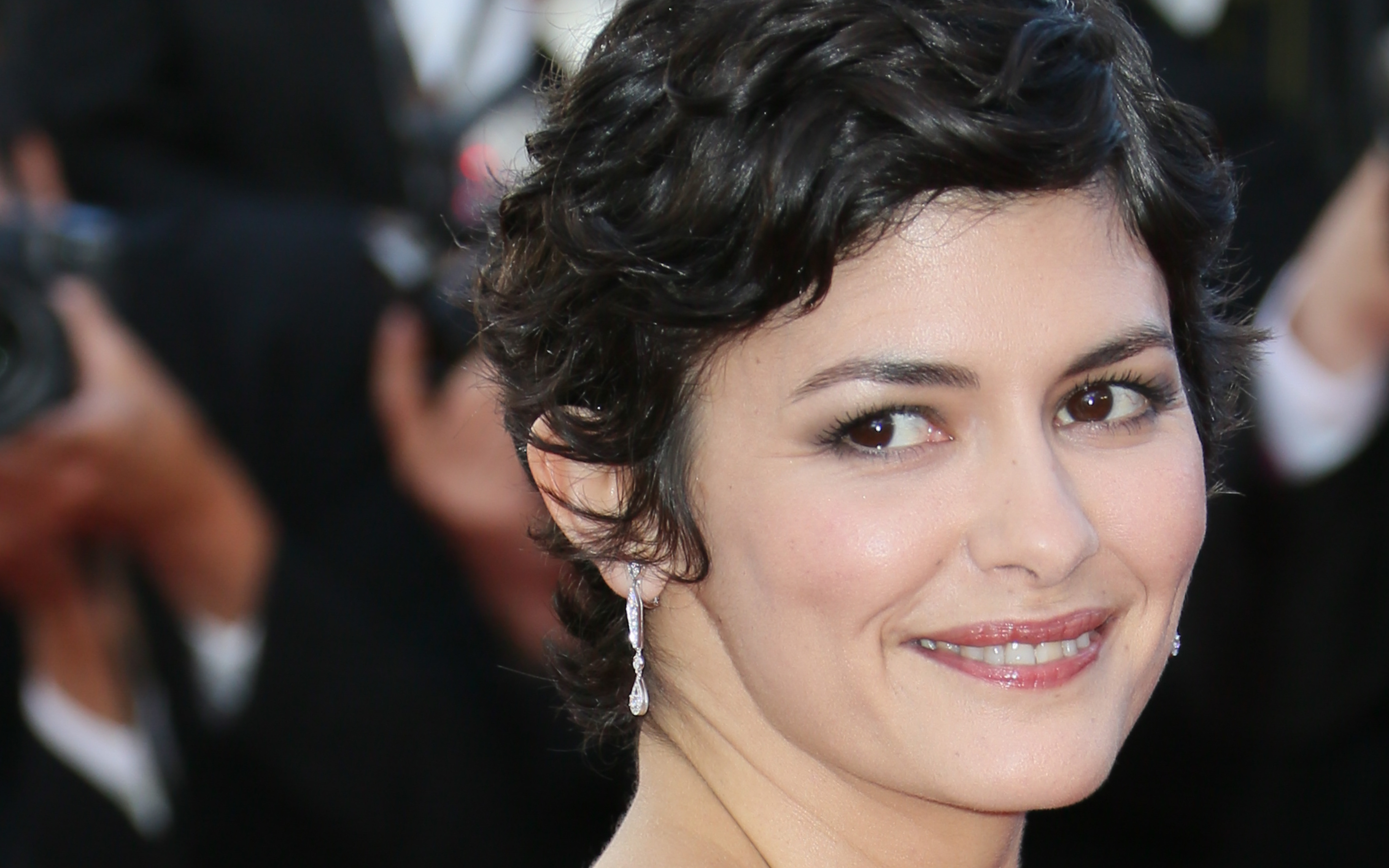 Audrey Tautou In Boy Cut Hair Style Hd Wallpaper Facebook Cover