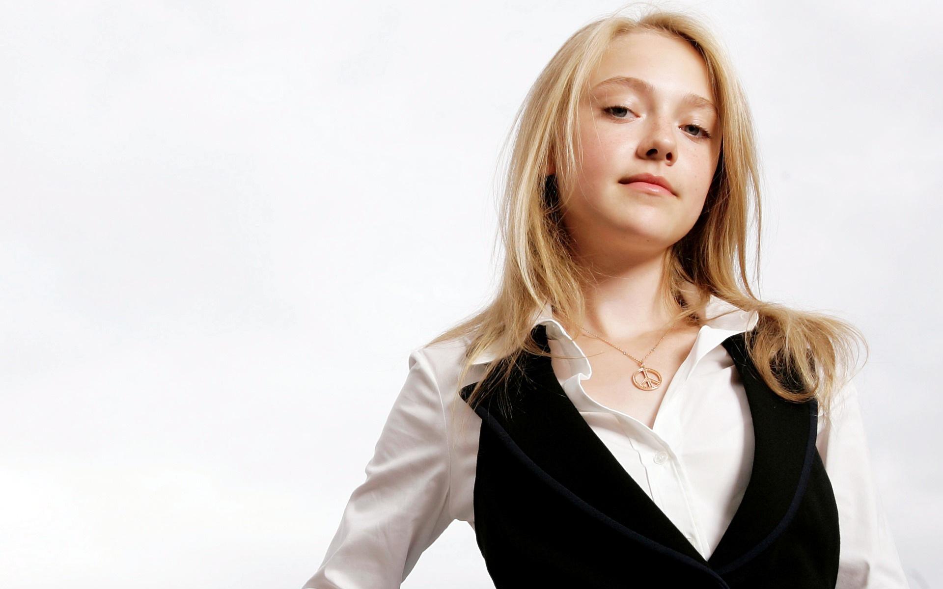 Dakota Fanning Suit Pi...