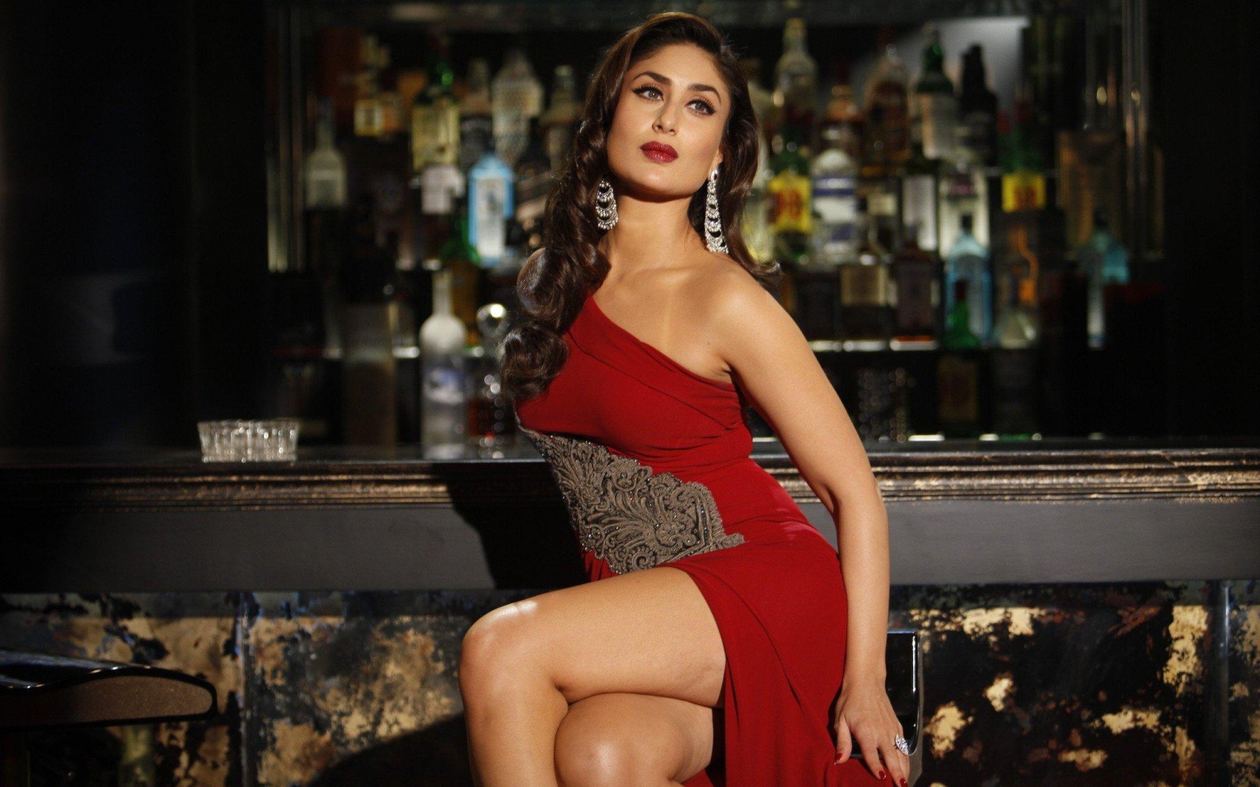 kareena kapoor in red hot dress wallpaper - facebook cover